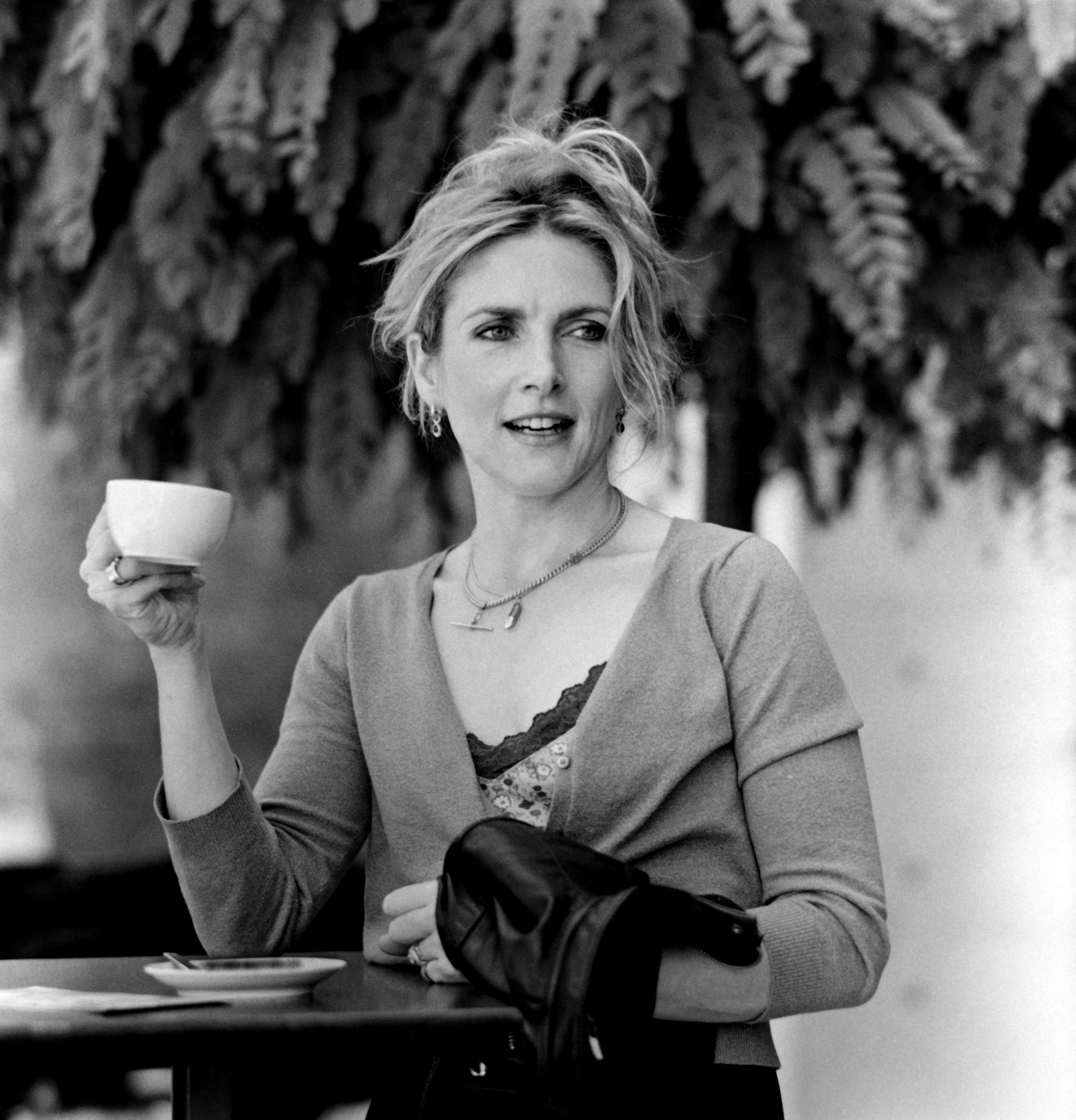 Jessica Durlacher trinkt Kaffee