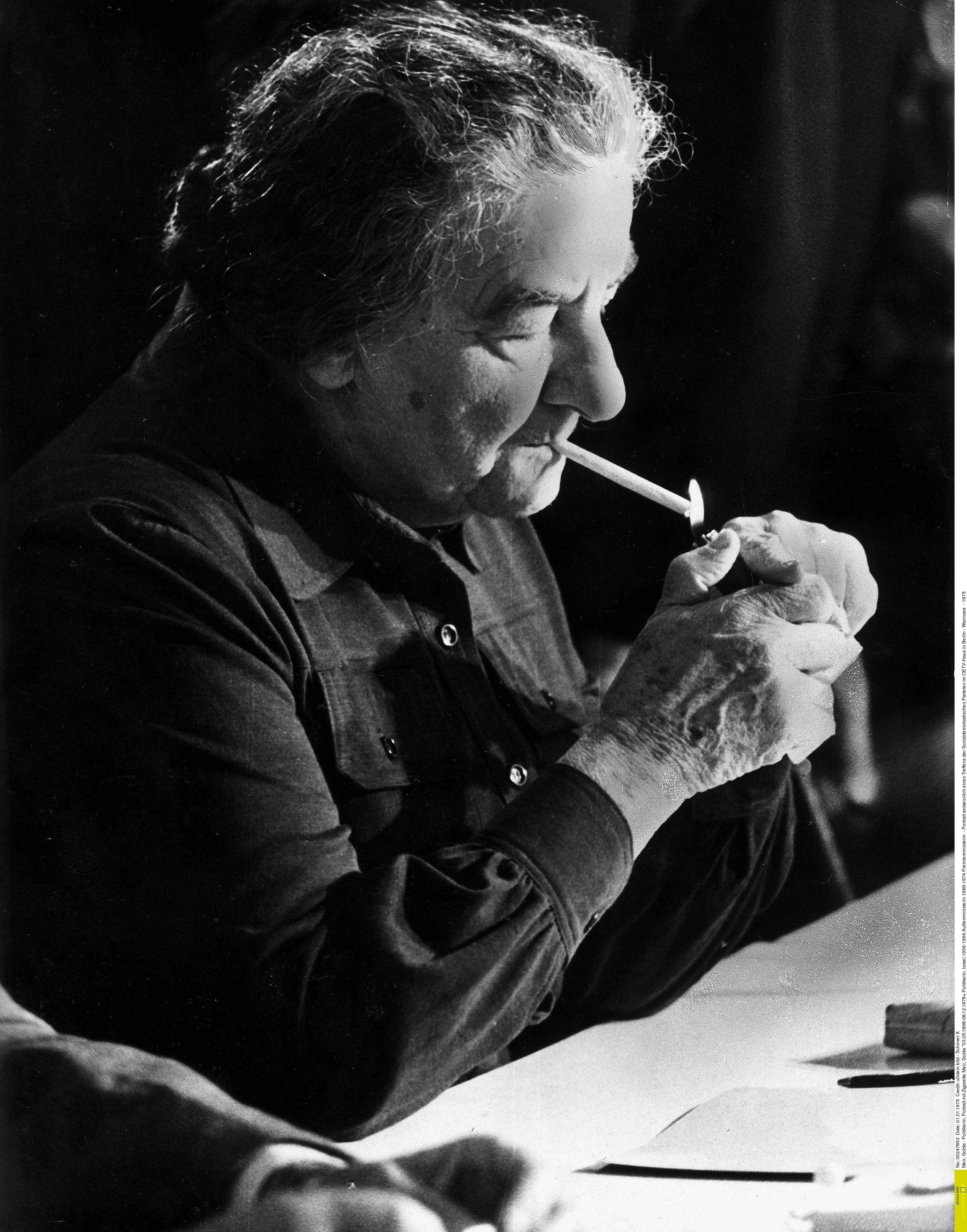 Rauchend und mit gesundem Schuhwerk. So streng Golda Meir als Politikerin auch gewesen sein mag. Als Frau war sie für viele ihrer männlichen Wegbegleiter reizvoll anziehend. Und das auch noch mit 70. / © APA Picturedesk/Ullstein-Schirner X