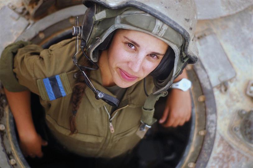 Die Soldatin. Anhand der unterschiedlichen Repräsentationen lassen sich tatsächlich Modetrends und Selbstdefinition der Zahal wiedererkennen./ © IDF