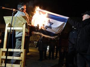 Anti-Israel Demonstration. Der unabhängige Parlamentsabgeordnete Balázs Lenhardt bei der Verbrennung der Israel-Fahnen in Budapest.