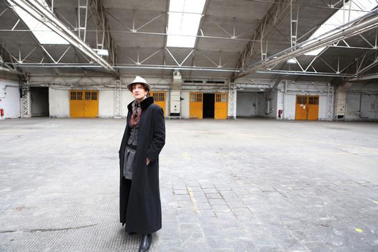 Zwischen Sein und Schein: Anna Maria Krassnigg begibt sich in der ehemaligen Ankerbrot-Fabrik auf eine ungewöhnliche Spurensuche./ © Barbara Palffy