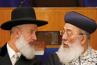 Der amtierende aschkenasische Großrabbiner Yona Metzger (li.) im Gespräch mit dem sefardischen Oberrabbiner Schlomo Amar./ © flash 90