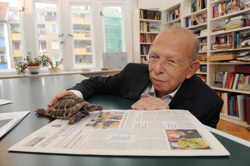 Jewish Voice from Germany: der deutsch-israelische Publizist Rafael Seligmann in seiner Wohnung in Berlin-Charlottenburg - hier mit seiner Schildkröte Kuschi.
