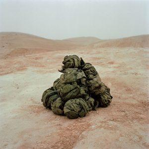 Friends. Zu Stoffballen zusammengeklebte Uniformen aus der Fallschschirm- jägereinheit der  Künstlers./ © base level