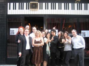 Broadway Piano Bar. Reminiszenzen an anspruchsvolle Programme, ausgelassene Feste, kabarettistische Einlagen, durchgesungene Nächte.