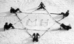 Zionistische Skifahrer. .  Skifahrer  von Makkabi bilden in  Tirol einen  Davidstern,  um 1925 von Thomas  Albrich. / © Institut für Zeitgeschichte, Innsbruck