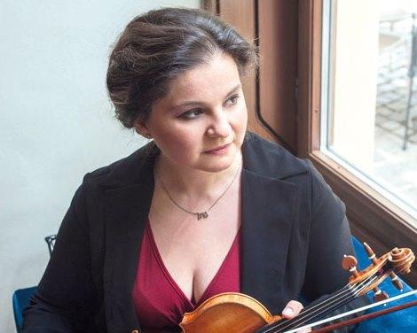 Begegnung. Eine Pädagogin brachte eine Violine mit in die Krippe, fasziniert stand Orsolya vor dem Instrument./ © Jacqueline Godany