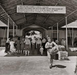 © Victor Klagsbrunn/Weidle Verlag Aufnahmelager für europäische Immigranten, Ilha das Flores, Rio de Janeiro, 1949.