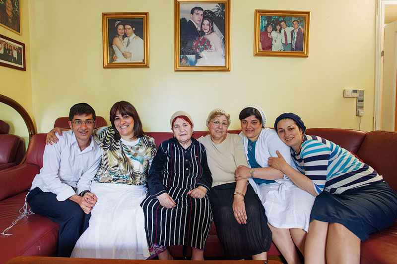 Drei Generationen auf einer Couch (v.l.n.r.): Daniel Sadikov, Anat Sadikov, Maria Faizieva, Luba Niyazov, Nili Jagudaew, Avital Jurist. © Jacqueline Godany