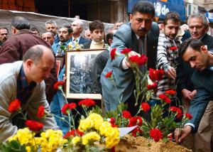 Trauernde, 10 Jahre nach den Attentaten in Istanbul. Am 15. November 2003 explodierte jeweils eine Autobombe vor Istanbuls größter Synagoge Neve Shalom (Beyoğlu, früher Galata-Viertel) sowie der fünf Kilometer davon entfernten Synagoge Beth-Israel. 24 Menschen kamen ums Leben, mehr als 240 Personen wurden zum Teil schwer verletzt.