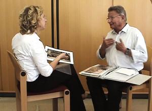 Intensiver Austausch. Zwei Wiener Gebärdensprachforscherinnen suchten auf der ganzen Welt gehörlose ZeitzeugInnen.
