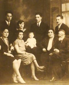 Alte Familienfotos erinnern an die im Holocaust ermordeten Verwandten.