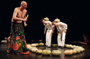 Der Kontrapunkt: Die Bühnenfassung von Àgota Kristófs Das große Heft, realisiert durch Regisseur und Choreograf Csaba Horváth, beweist, wie man mit einfachen Mitteln großartiges Theater machen kann.