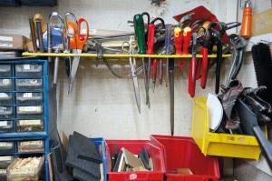 Die Werkstatt in Wiens erstem Bezirk erzählt von Vergangenheit und Gegenwart zwischen Handel und Handwerk, Stoffen, Leder und Metall.