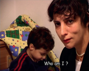 Mitspieler. Durch ihre Kamra- und Blickführung sowie ihre Kommentare unterläuft Ruti Sela gezeilt den Vorwurf einer Bloßstellung (Livnot, 2003).