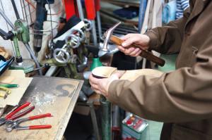 Leidenschaft Schuh. Das Restaurieren alter Herrenschuhe gehört zu Yonatanovs liebsten Herausforderungen.