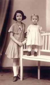 Jehudith Hübner, geb. Jessy Winkler (r.) mit ihrer Schwester: Sie erhielt 1939 Pass und Visum für Palästina und überlebte dort als einzige aus ihrer Familie. neue-heimat-israel.at