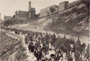 Der Kampf um Jerusalem: Die k.u.k. Armee wird von jüdischen Zivilisten aus der Stadt begleitet, 1916.