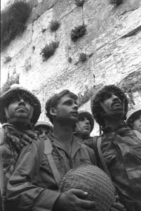 Rubingers bekanntestes Bild sind die Fallschirmjäger an der Klagemauer kurz nach der Wiedereroberung der Mauer im Sechs-Tage-Krieg.