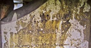 """Ignatz Jeitteles ruht unter einem imposanten römischen Kenotaf. Leider sind drei der vier Inschriftentafeln zerbrochen – """"Doktor der Philosophie""""  lässt sich mit Mühe erahnen,  Währinger Friedhof."""