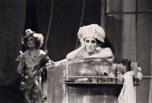 """Shira Karmon als """"Tisbe"""" in La Cenerentola von Rossini (Saarländisches Staatstheater)."""