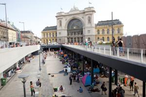 Ein Ort der Hoffnung.  Der Platz vor dem Budapester  Keleti-Bahnhof, auf dem Tausende auf die Weiterreise warten.