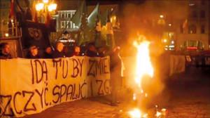 """Im November 2015 wurde auf dem Marktplatz von Breslau bei einer rechtsnationalen Kundgebung eine """"Judenpuppe mit Europaflagge"""" verbrannt. Niemand schritt ein."""