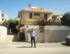 Larry Greenblow ist Immobilienmakler in Herzliya und stets auf der Suche nach neuen Objekten und guten Handwerkern.